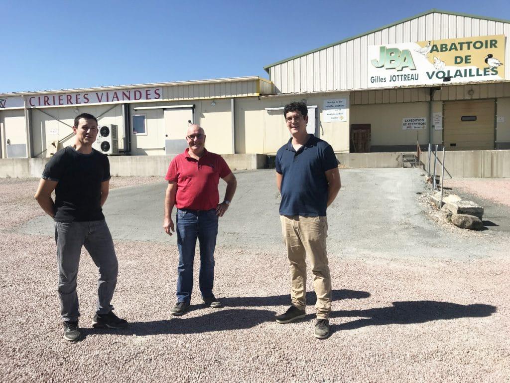 Gilles Jottreau, gérant de JBA, entouré de Jérémy Cornaud (à gauche) et Tony Contant, associés de Cirières Viande