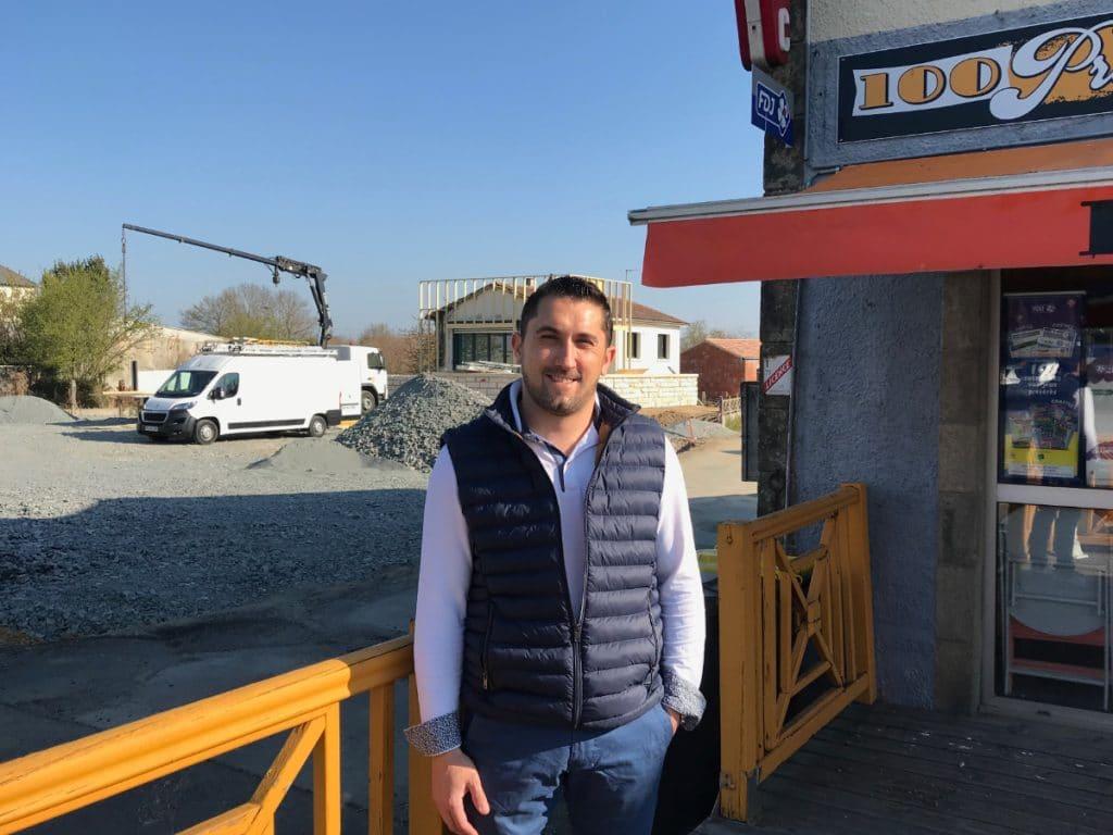 Tony Dieumégard a un oeil sur les travaux depuis son lieu de travail